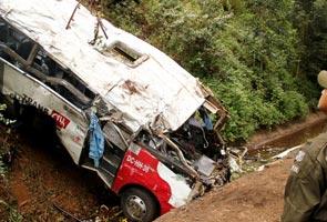 16 peminat bola sepak terbunuh, bas terjunam ke dalam gaung