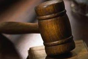 Mahkamah keluar waran tangkap terhadap pegawai bank dan suami