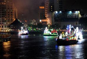Yang Dipertuan Agong lancar perarakan kapal berhias sempena 50 tahun Malaysia