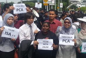 Protes di luar pagar Parlimen