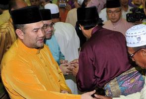 Sultan Kelantan sembelih sendiri lembu korban