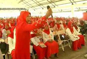 Mesyuarat Wanita UMNO Gua Musang dicemari insiden baling mikrofon