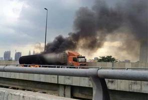 Lori tangki terbakar di Lebuhraya DUKE