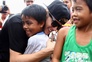 Pop star Bieber brings cheer in typhoon hit Philippines