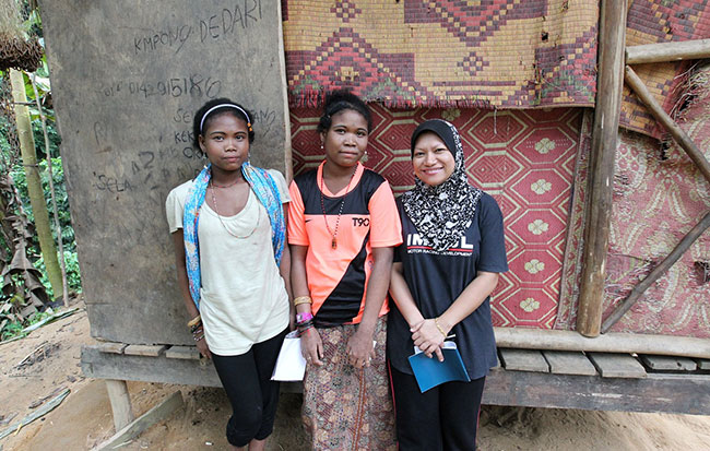 Azlinariah bersama orang asli Batek
