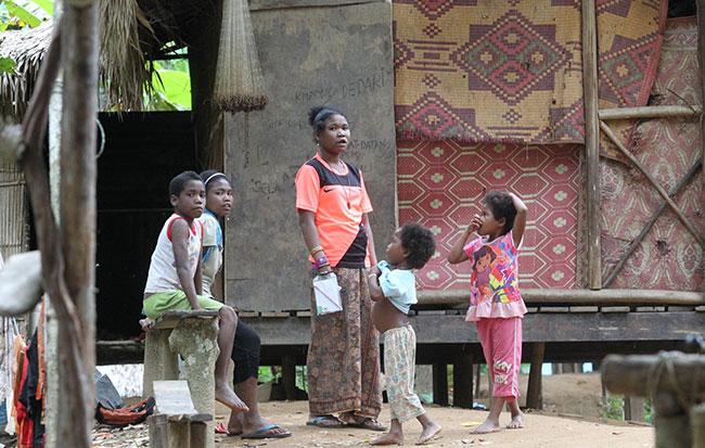 Kanak-kanak orang asli Batek di Taman Negara