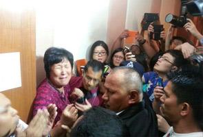 MH370: Ahli keluarga penumpang China 'mengamuk' di lokasi sidang media