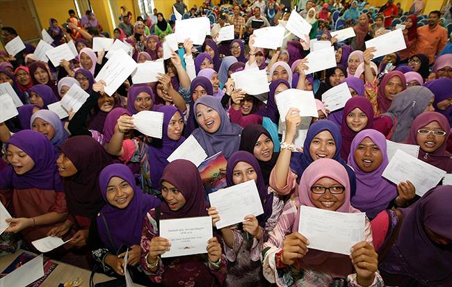 Lepasan Sijil Pelajaran Malaysian merayakan keputusan cemerlang mereka. -- Foto Bernama
