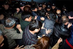 MH370: Keluarga penumpang China adakan protes di kedutaan Malaysia