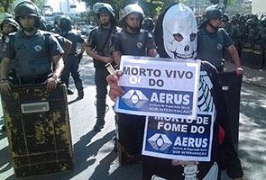 PIALA DUNIA: PERTEMPURAN PENUNJUK PERASAAN DAN ANGGOTA POLIS CEMARI HARI PEMBUKAAN