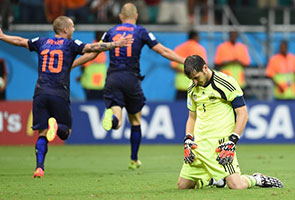 SPAIN GOALIE CASILLAS APOLOGIZES AFTER WORLD CHAMPIONS 5-1 LOSS