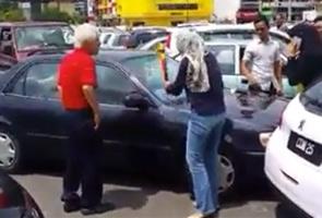 Lelaki warga emas maafkan wanita mengamuk kereta kena langgar