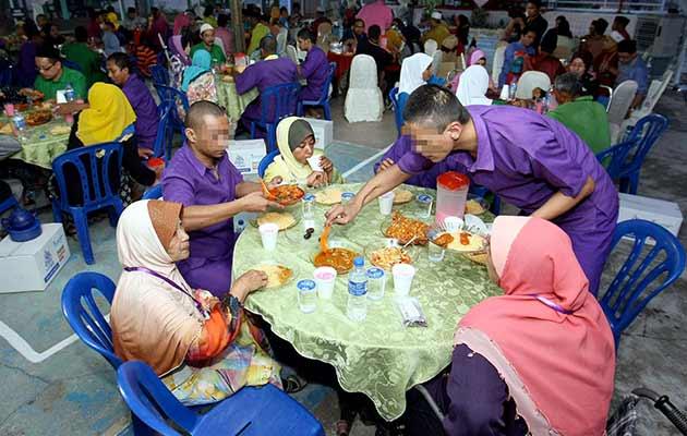 50 banduan dari Penjara Alor Setar diberi peluang untuk berbuka puasa bersama keluarga mereka. -Foto BERNAMA