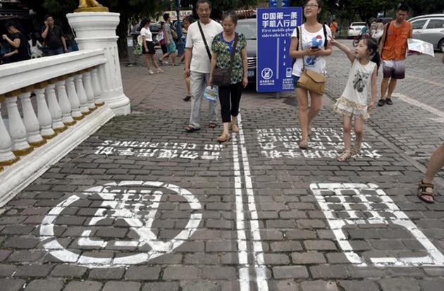 Lorong pejalan kaki bagi zombie telefon bimbit diwujudkan di China