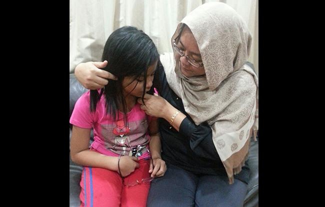 Sheila sedang memujuk anaknya, Alisya Sofea setelah dia mendapat tahu bahawa UPSR ditangguhkan