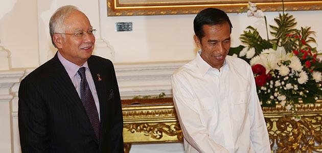 Pertemuan singkat antara Perdana Menteri Malaysia dan Presiden baru Indonesia - Foto BERNAMA