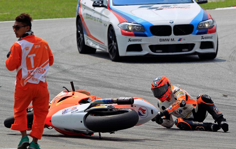 Moto2 rider Gino Rea of Britain falls off his Suter | Malaysian Motorcycle Grand Prix | Foto ...
