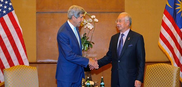 Perdana Menteri Datuk Seri Najib Tun Razak (kanan) menerima kunjungan hormat Setiausaha Negara Amerika Syarikat, John Kerry di Indonesia. -Gambar Bernama
