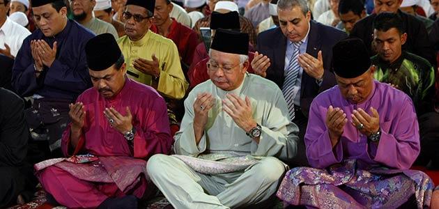 Perdana Menteri, Datuk Seri Najib Tun Razak mengaminkan Doa Akhir Tahun yang dibacakan oleh Penolong Pengarah Kanan Unit Pendidikan Masjid Negara, Ustaz Ehasan Mohd Hosni. - Foto BERNAMA