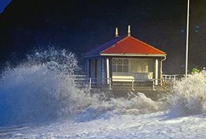 Angin kencang, ombak besar membadai pantai Pulau Pinang