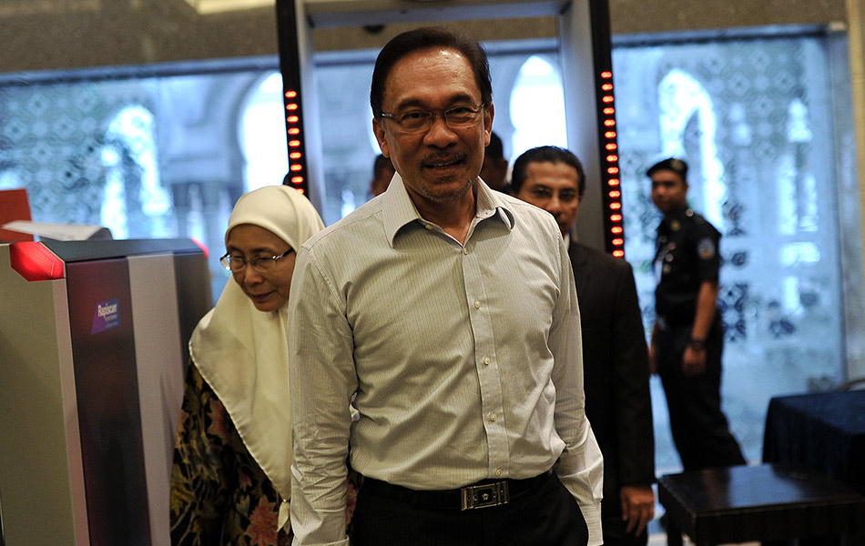 biography anuar ibrahim Datuk seri anwar ibrahim (born 10 august 1947) is a malaysian politician he was leader of the opposition between 2008 and 2015 he is a founder and leading figure of the people's justice party (parti keadilan rakyat.