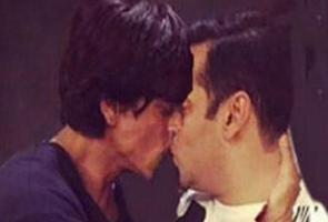 Foto Shahrukh Khan cium bibir Salman Khan jadi kontroversi di India