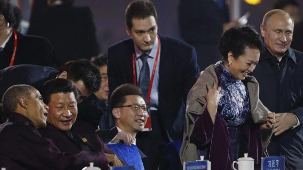Tindakan Vladimir Putin memakaikan jaketnya kepada wanita pertama China jadi perbualan di media sosial