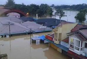 Banjir: Penduduk Kg. Laloh kelaparan, pecah pintu kedai runcit