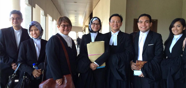 Bersih representatives were all smiles after receiving the good news at the KL High Court today. - Twitter/@honeyean