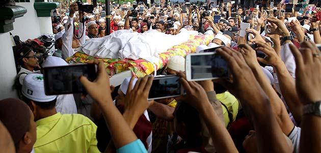 Allahyarham Datuk Nik Abdul Aziz Nik Mat meninggal dunia pada jam 9.40 Khamis malam di sisi anggota keluarga di kediamannya di Kampung Pulau Melaka, Kota Baharu, Kelantan.