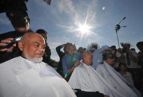 Ahli Parlimen Pakatan Rakyat botakkan kepala simbolik tuntut Anwar dibebaskan