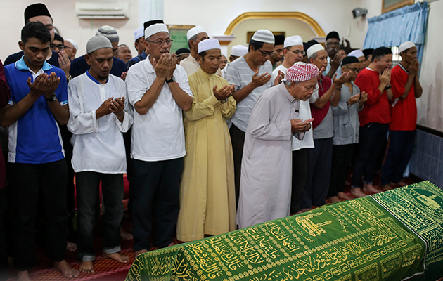 Media friends came in full force to pay their final tribute to Juwie as his remains was buried at the Selayang Baru Muslim Cemetery in Selangor on Saturday at 10.30am.