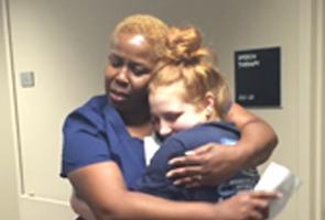 Gadis lumpuh kejutkan jururawat dengan bangkit dari kerusi roda
