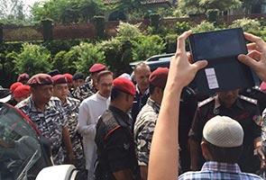 Anwar Ibrahim tiba di rumah arwah bapa, rumah dikawal ketat