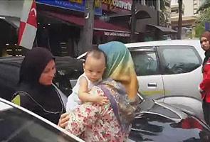 Lagi video bayi terkunci dalam kereta tersebar, ibu-bapa masih tidak sedar