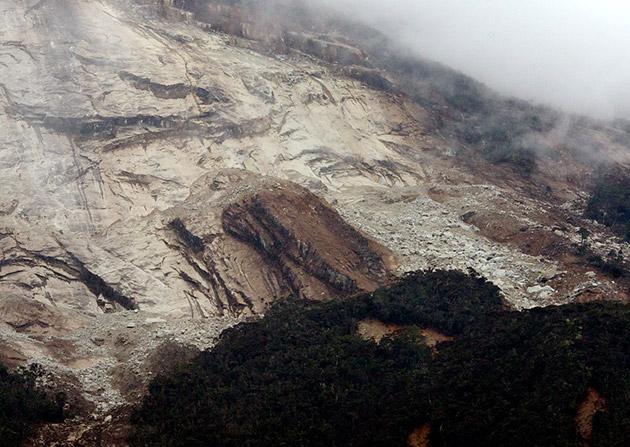 Runtuhan besar berlaku di Gunung Kinabalu berikutan gempa bumi di Sabah hari ini. Seramai 137 pendaki masih terperangkap di atas Gunung Kinabalu berikutan kejadian itu. Gempa bumi sederhana berukuran 5.9 pada skala Richter berlaku di Ranau, Sabah menyebabkan gegaran dirasai di Tambunan, Tuaran, Kota Kinabalu dan Kota Belud. -fotoBERNAMA