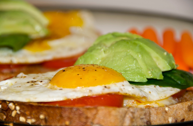 Hasil carian imej untuk Roti bakar gandum (whole wheat)  + tomato + telur goreng 'mata'