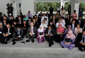 Pembangkang dan NGO bincang isu 1MDB di padang kawad parlimen