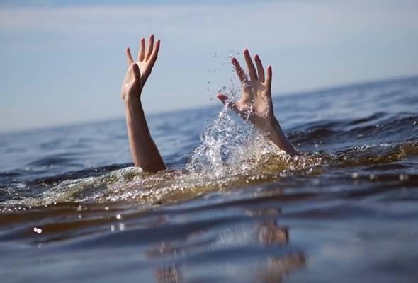 Murid lemas cuba selamat sepupu di Pantai Desaru