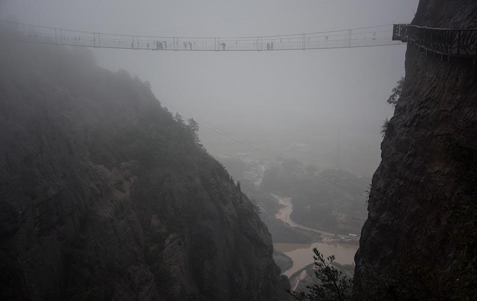 berjalan merentasi jambatan