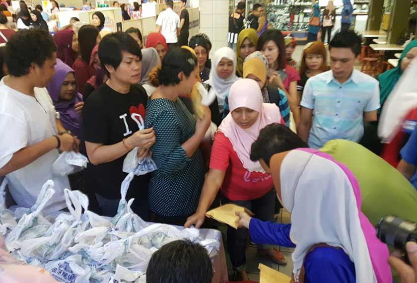 Persatuan Kebajikan Peniaga-peniaga Kecil Ampang Park menyampaikan sumbangan makanan kepada pengunjung kompleks itu sempena sambutan Maulidur Rasul - Sumber gambar Wan Kamal Izzuddin