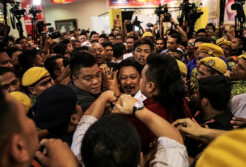 Keadaan kecoh cuba dilleraikan pihak Jabatan Sukalerawan Malaysia (RELA). - Foto Astro AWANI / SHAHIR OMAR