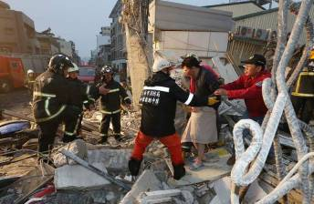 [PHOTO] Over 100 trapped in collapsed building after Taiwan quake