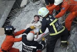 Taiwan quake: More than 130 people still trapped
