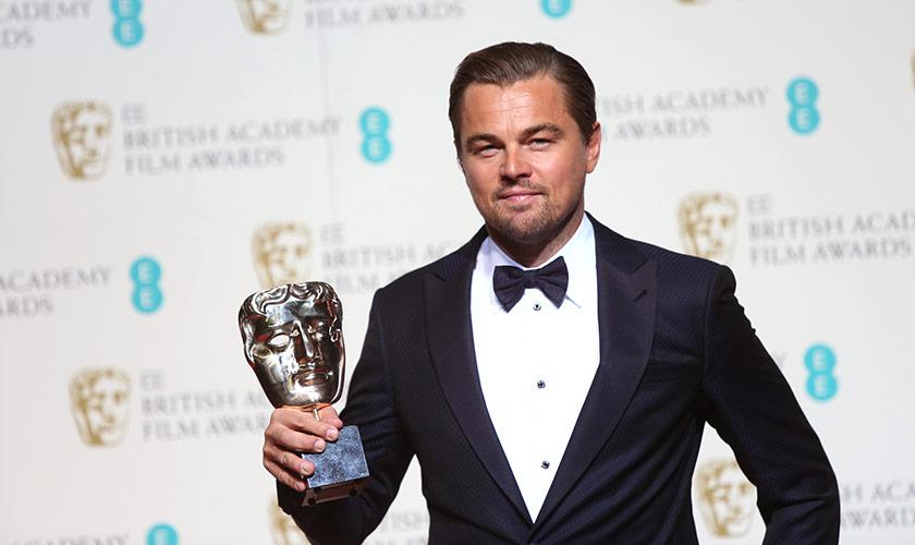 Leonardo DiCaprio menggayakan trofi ke-13 yang dimenangi melalui peranannya sebagai Hugh Glass dalam filem The Revenant - Foto AP