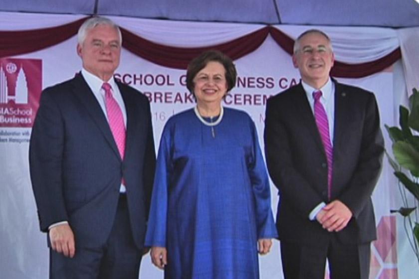 Zeti diapit Pengerusi Bersama Asia School of Business (ASB), Richard L. Schmalensee (kiri) dan Presiden/Dekan ASB, Charles H. Fine.- Foto Astro Awani