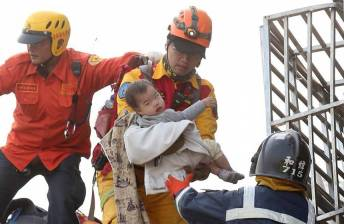 [VIDEO] Five dead in Taiwan quake after buildings toppled