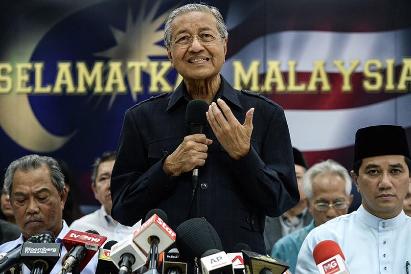 http://www.astroawani.com/berita-malaysia/tun-m-pemimpin-pembangkang-tandatangani-deklarasi-rakyat-desak-najib-letak-jawatan-97309