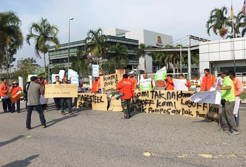 Sebahagian daripada pekerja yang mengadakan protes di hadapan kilang Megasteel di Banting hari ini. - Gambar Astro AWANI