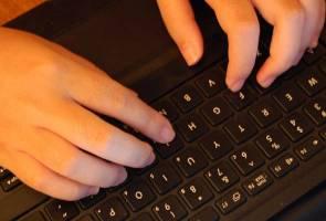 Seorang remaja berusia 14 tahun secara tidak sengaja terhabiskan duit gaji ibunya kerana leka bermain video permainan bola sepak FIFA di komputer.